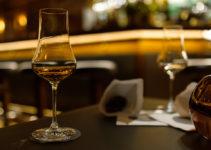 Glas Whisky in einer Bar